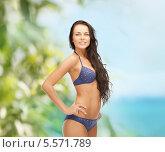 Купить «Чувственная брюнетка в купальнике позирует на пляже», фото № 5571789, снято 8 августа 2011 г. (c) Syda Productions / Фотобанк Лори