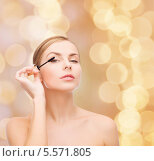 Купить «Красивая блондинка красит ресницы тушью», фото № 5571805, снято 5 декабря 2013 г. (c) Syda Productions / Фотобанк Лори