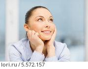 Купить «улыбающаяся деловая девушка мечтает», фото № 5572157, снято 8 декабря 2013 г. (c) Syda Productions / Фотобанк Лори