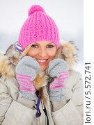 Купить «Девушка в зимней одежде на улице», фото № 5572741, снято 15 января 2010 г. (c) Иван Михайлов / Фотобанк Лори