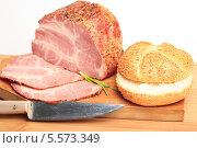 Купить «Варено-копченое мясо, нож и булочка с кунжутом на деревянной доске», эксклюзивное фото № 5573349, снято 5 февраля 2014 г. (c) Яна Королёва / Фотобанк Лори