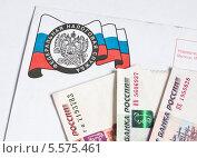 Купить «Российские деньги лежат на конверте из налоговой инспекции», эксклюзивное фото № 5575461, снято 10 февраля 2014 г. (c) Игорь Низов / Фотобанк Лори