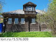 Купить «Деревянный бревенчатый дом в городе Мышкине весенним солнечным днем», эксклюзивное фото № 5576009, снято 14 мая 2010 г. (c) lana1501 / Фотобанк Лори