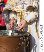 Купить «Православный крест и руки священника в святой воде. Крещение», эксклюзивное фото № 5578421, снято 19 января 2014 г. (c) Ольга Липунова / Фотобанк Лори