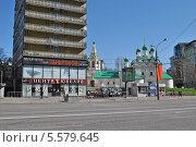 Купить «Многоэтажный дом на улице Новый Арбат, 6. Церковь Симеона Столпника на улице Поварская, 5. Москва», эксклюзивное фото № 5579645, снято 7 мая 2013 г. (c) lana1501 / Фотобанк Лори