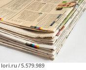 Купить «Кипа старых газет на светлом фоне», эксклюзивное фото № 5579989, снято 10 февраля 2014 г. (c) Игорь Низов / Фотобанк Лори