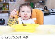 Купить «Малыш (1 год 4 месяца) с ложкой и тарелкой на кухне», фото № 5581769, снято 12 февраля 2014 г. (c) ivolodina / Фотобанк Лори