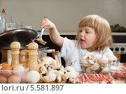 Купить «Маленькая девочка готовит на кухне», фото № 5581897, снято 29 сентября 2013 г. (c) Дарья Филимонова / Фотобанк Лори