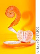 Половина мандарина с кожурой на рыжем фоне. Стоковое фото, фотограф Наталья Багаева / Фотобанк Лори