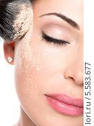 Купить «Девушка наносит тональную основу на кожу лица», фото № 5583677, снято 9 октября 2013 г. (c) Валуа Виталий / Фотобанк Лори