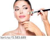Купить «Косметолог наносит тональный крем на лицо молодой девушки», фото № 5583689, снято 9 октября 2013 г. (c) Валуа Виталий / Фотобанк Лори