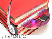 Купить «Книги с наушниками, CD/DVD-диск и карта памяти Secure Digital», эксклюзивное фото № 5588125, снято 10 февраля 2014 г. (c) Юрий Морозов / Фотобанк Лори