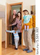 Купить «Семья навещает бабушку дома», фото № 5591997, снято 19 января 2014 г. (c) Яков Филимонов / Фотобанк Лори