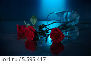 Опрокинутый стакан с розами. Стоковое фото, фотограф Онипенко Михаил / Фотобанк Лори