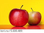 Красное яблоко. Стоковое фото, фотограф Olga Kilesso / Фотобанк Лори