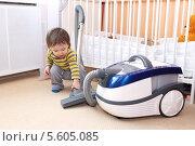 Купить «Малыш (1 год 4 месяца) с пылесосом», фото № 5605085, снято 12 февраля 2014 г. (c) ivolodina / Фотобанк Лори