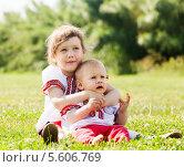 Купить «Дети в традиционной одежде сидят на траве», фото № 5606769, снято 15 июня 2013 г. (c) Яков Филимонов / Фотобанк Лори