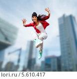 Купить «Модная танцовщица прыгает в воздухе на фоне небоскребов», фото № 5610417, снято 20 июля 2013 г. (c) Syda Productions / Фотобанк Лори