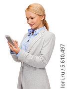Купить «Улыбающаяся деловая девушка печатает сообщение на смартфоне», фото № 5610497, снято 7 января 2014 г. (c) Syda Productions / Фотобанк Лори