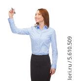 Купить «Улыбающаяся деловая девушка пишет в воздухе маркером», фото № 5610509, снято 20 декабря 2013 г. (c) Syda Productions / Фотобанк Лори