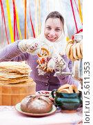 Купить «Веселая девушка в белом пуховом платке», фото № 5611353, снято 18 ноября 2017 г. (c) Елена Ермакова / Фотобанк Лори