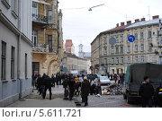 Уборка на улице Львова (2014 год). Редакционное фото, фотограф eva cuba air / Фотобанк Лори