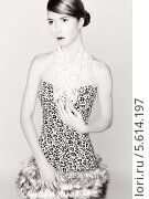 Портрет девушки в платье с леопардовым принтом и мехом. Стоковое фото, фотограф Яна Застольская / Фотобанк Лори