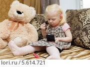 Девочка красится косметикой. Стоковое фото, фотограф Андрей Воробьев / Фотобанк Лори