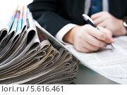 Купить «Стопа газет с разноцветной рекламой на фоне бизнесмена с ручкой и документом», фото № 5616461, снято 22 февраля 2014 г. (c) Александр Калугин / Фотобанк Лори