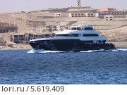Яхта на фоне пустынного берега (2011 год). Редакционное фото, фотограф Дмитрий Емушинцев / Фотобанк Лори