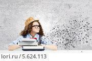 Купить «Кудрявая женщина-писатель за печатной машинкой ждет вдохновения», фото № 5624113, снято 17 декабря 2017 г. (c) Sergey Nivens / Фотобанк Лори