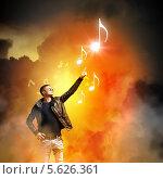 Рок-музыкант показывает рукой на ноты. Стоковое фото, фотограф Sergey Nivens / Фотобанк Лори