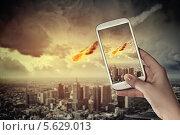 Купить «Человек фотографирует падение метеорита на мобильный телефон», фото № 5629013, снято 24 февраля 2011 г. (c) Sergey Nivens / Фотобанк Лори