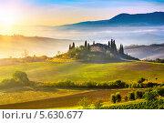 Купить «Туманный пейзаж Тосканы на рассвете, Италия», фото № 5630677, снято 15 декабря 2018 г. (c) Sergey Borisov / Фотобанк Лори