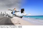 Купить «Побег из города. Бизнесмен несется к морскому пляжу», фото № 5631189, снято 20 марта 2010 г. (c) Sergey Nivens / Фотобанк Лори