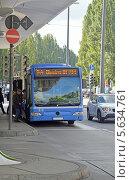 Купить «Посадка в рейсовый автобус на улице Мюнхена (Германия)», эксклюзивное фото № 5634761, снято 19 сентября 2013 г. (c) Александр Замараев / Фотобанк Лори