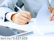 Купить «Бизнесвумен подписывает важные документы, руки крупным планом», фото № 5637633, снято 3 июня 2013 г. (c) Sergey Nivens / Фотобанк Лори