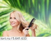 Купить «Красивая блондинка расчесывает волосы», фото № 5641633, снято 7 января 2014 г. (c) Syda Productions / Фотобанк Лори