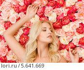 Купить «Очаровательная блондинка с распущенными волосами лежит на полу, устеленном розами и пионами», фото № 5641669, снято 9 марта 2013 г. (c) Syda Productions / Фотобанк Лори