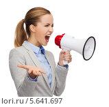 Купить «Разъяренная деловая девушка кричит в мегафон», фото № 5641697, снято 19 января 2014 г. (c) Syda Productions / Фотобанк Лори
