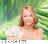 Купить «Красивая блондинка с массажной перчаткой на руке», фото № 5641773, снято 7 января 2014 г. (c) Syda Productions / Фотобанк Лори