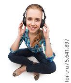 Купить «Радостная девушка слушает музыку в наушниках», фото № 5641897, снято 12 февраля 2014 г. (c) Syda Productions / Фотобанк Лори