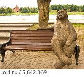 """Купить «Великий Новгород, скульптура """"Медведь на скамейке""""», фото № 5642369, снято 18 июля 2013 г. (c) ИВА Афонская / Фотобанк Лори"""