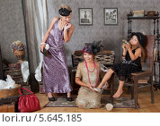 Купить «Девочка в ретро-нарядах сидят в комнате с винтажными вещами», фото № 5645185, снято 11 августа 2013 г. (c) Алексей Кузнецов / Фотобанк Лори