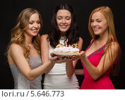 Купить «Три красивые молодые женщины с именинным пирогом в руках», фото № 5646773, снято 20 октября 2013 г. (c) Syda Productions / Фотобанк Лори