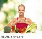 Купить «Красивая девушка сидит перед столом с овощами и улыбается», фото № 5646873, снято 23 марта 2013 г. (c) Syda Productions / Фотобанк Лори