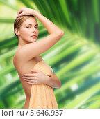 Купить «Красивая девушка прикрывается полотенцем», фото № 5646937, снято 5 декабря 2013 г. (c) Syda Productions / Фотобанк Лори