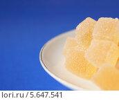 Желтый мармелад из морошки лежит на белой тарелке. Стоковое фото, фотограф Наталья Шевелева / Фотобанк Лори