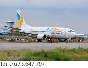 """Старый списанный самолет Boeing 737 авиакомпании """"AirUnion"""" (KrasAir) на аэродроме Домодедово (2013 год). Редакционное фото, фотограф Alexei Tavix / Фотобанк Лори"""