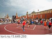 Купить «Люди играют в баскетбол на Красной площади в Москве», фото № 5649293, снято 27 мая 2012 г. (c) Losevsky Pavel / Фотобанк Лори